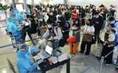 人民在出境前需採樣檢測新冠病毒。