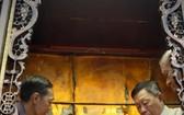 二府會館副理事長謝忠成(右)和諸位代表為神像更換袍冠。