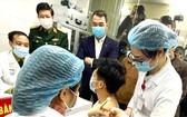 醫護人員是優先接著新冠疫苗的對象。