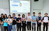 文獻大學外語系中文專業主任賴開榮(右)與漢語俱樂部大學生合照