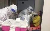 115嘉安醫院醫護人員進行採樣。