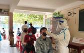 峴港市為民眾進行採檢。