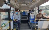 乘客在車上相隔一個座位。