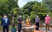西堤華人文物收藏家麒麟(左二)及順通有限公司總經理馬順通(右一)向平政縣多福鄉貧困同胞送暖。