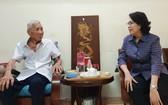 市越南祖國陣線委員會主席蘇氏碧珠於今年4月看望華人革命老前輩何增同志。