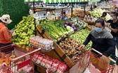 民眾到超市購買貨物。