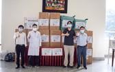 本市中國商會理事會代表向震興醫科大學醫院捐贈醫療物資。
