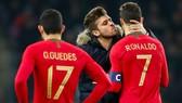 Ronalo bị cưỡng hôn ngay trong trận đấu của Bồ Đào Nha. Ảnh: RTE