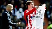 Griezmann giơ cao thông điệp gửi đến con gái. Ảnh: Mundo Deportivo