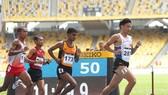 Nguyễn Văn Lai (dẫn đầu) dễ dàng đoạt HCV cự ly 5.000m tại Singapore.