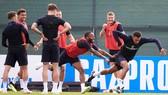 Tam sư đùa giỡn tạo bầu không khí thoải mái trước trận gặp Tunisia.