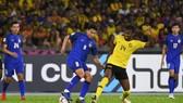 Thái Lan (trái) liệu có tận dụng được ưu thế sân nhà để đánh bại Malaysia?