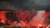 Sân Hàng Đẫy chìm trong pháo sáng trong trận Hà Nội - Hải Phòng. Ảnh: MINH HOÀNG