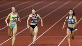 Lê Tú Chinh (bìa phải) sẽ dự tranh các cự ly 100m và 200m nữ.