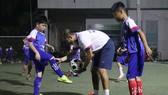 """Lưu Ngọc Hùng với các học viên """"nhí"""" trong buổi tập đầu tiên làm quen với bóng. Ảnh: Anh Trần"""