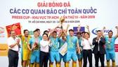 Ban tổ chức trao Cúp vô địch khu vực TPHCM cho đội HTV. Ảnh: ANH TRẦN