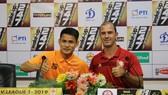 Huỳnh Kesley và Đình Tùng tại buổi họp trước trận đấu. Ảnh: Hữu Thành