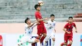 Viettel (áo đỏ) bất ngờ thắng cách biệt 3-0 trước HA.GL. Ảnh: Anh Khoa
