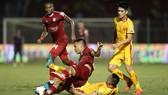 Cuộc so tài bất phân thắng bại trận lượt đi giữa CLB TPHCM và Thanh Hóa. Ảnh: DŨNG PHƯƠNG
