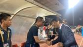 HLV Chung Hae-soung và HLV Chu Đình Nghiêm bất phân thắng bại ở vòng 18. Ảnh: DŨNG PHƯƠNG