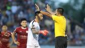 Cầu thủ CLB TPHCM phản ứng trọng tài Đình Thái. Ảnh: VIẾT ĐỊNH