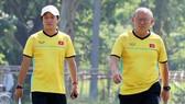 Trợ lý Lee Young-jin và HLV Park Hang-seo sẽ toả đi để nghiên cứu các đối thủ nằm chung bảng.