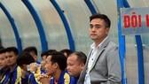 HLV Đức Thắng và trợ lý Thanh Tùng (từ phải sang) khi còn đứng cùng trong khu kỹ thuât đội Thanh Hóa. Ảnh: MINH HOÀNG