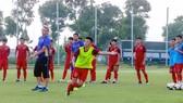 Thầy trò đội U19 Việt Nam trên sân tập. Ảnh: Đoàn Nhật