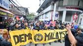 CĐV Malaysia diễu hành trên các tuyến phố tại Hà Nội khi sang cổ vũ đội nhà tại AFF Cup 2018. Ảnh: Đoàn Nhật