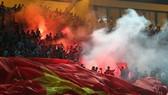 Pháo sáng trên khán đài đang dấy lên lo ngại cho các sân bóng ở Việt Nam. Ảnh: Hữu Thành