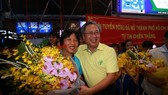 Ông Mai Bá Hùng trao hoa chúc mừng HLV Kim Chi và toàn đội tại sân bay Tây Sơn Nhất tối 5-10. Ảnh: DŨNG PHƯƠNG