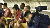 Nỗi buồn của các cầu thủ Khánh Hòa. Ảnh: Anh Tiến