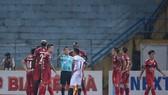 """Cầu thủ CLB TPHCM """"quây"""" chất vấn trọng tài sau bàn thua đầu tiên. Ảnh: Minh Hoàng"""