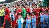 Đông đảo cựu tuyển thủ Thế hệ vàng tề tựu về sân Quy Nhơn chiều 1-11. Ảnh: Dũng Phương