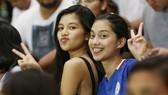 Rất nhiều bóng hồng xinh đẹp xuất hiện trên khán đài, khiến trận bán kết giữa Việt Nam và Philippines đã nóng lại càng thêm nóng.