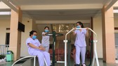 Các y bác sĩ ở Bệnh viện Dã chiến Củ Chi tập luyện với thiết bị vừa được trao tặng.