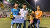 """Bầu Tèo được gia đình và """"đệ ruột"""" Trung """"độ"""" chung vui khi vô địch giải SPL-S2, giải sân 7 danh giá số 1 của giới phủi Sài thành."""