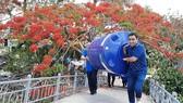 Nghệ sĩ Quyền Linh vận chuyển bồn chứa nước hỗ trợ người nghèo Đồng Bằng Sông Cửu Long.
