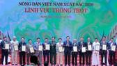 Trung tướng Vũ Hải Sản, Ủy viên BCH Trung ương Đảng, Ủy viên Quân ủy Trung ương, Thứ trưởng Bộ Quốc Phòng và đồng chí Đào Ngọc Dung, Ủy viên BCH Trung ương Đảng, Bộ trưởng Bộ Lao động - Thương binh và Xã hội lên trao tặng bằng khen cho những nông dân Việt
