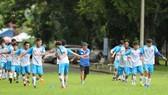 HLV Huỳnh Hồng Sơn cùng các học trò của đội ĐH Bách Khoa tập luyện trước khi vào giải.
