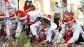 Các em học sinh trồng cây hưởng ứng Lễ hội. Ảnh: MINH HOÀNG