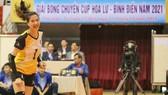Nữ chủ công Đoàn Thị Xuân khiến đồng nghiệp nể phục vì nghị lực vươn lên phi thường. Ảnh: DŨNG PHƯƠNG