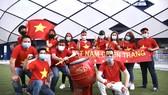 Các cổ động viên của đội tuyển Việt Nam tại UAE. Ảnh: KHƯƠNG DUY