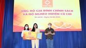 Bà Mai Thị Hồng Hạnh (giữa) trao tặng 5 tỷ đồng cho các gia đình chính sách, hộ nghèo của huyện Củ Chi.