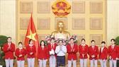 Thủ tướng Chính phủ Phạm Minh Chính động viên các tuyển thủ VIệt Nam trước khi lên đường tham dự Olympic Tokyo 2020. Ảnh: TTXVN