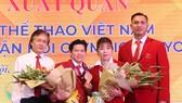 Cựu lực sĩ Trần Lê Quốc Toàn (thứ 2 từ trái qua) nhận HCĐ Olympic London 2012. Ảnh: MINH CHIẾN