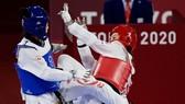 Trương Thị Kim Tuyền (phải) giành chiến thắng 19-5 trước võ sĩ Canada. Ảnh: Getty Images