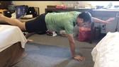 Xạ thủ Hoàng Xuân Vinh tập luyện tại nơi cách ly.