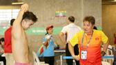 Chuyên gia Hoang Gou Hui (phải) từng dẫn dắt kình ngư Nguyễn Huy Hoàng thi đấu ở nhiều sự kiện quốc tế.
