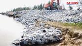 Khắc phục sự cố sạt lở đê biển xung yếu ở Hà Tĩnh do mưa lũ